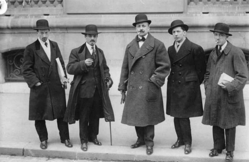 Russolo,_Carrà,_Marinetti,_Boccioni_and_Severini_in_front_of_Le_Figaro,_Paris,_9_February_1912