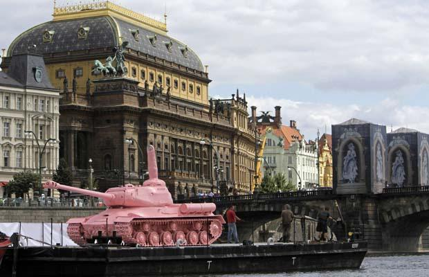 david-cerny-pink-tank2