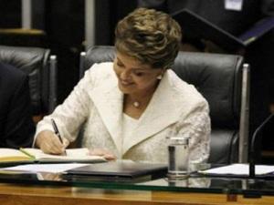 Dilma Assinando
