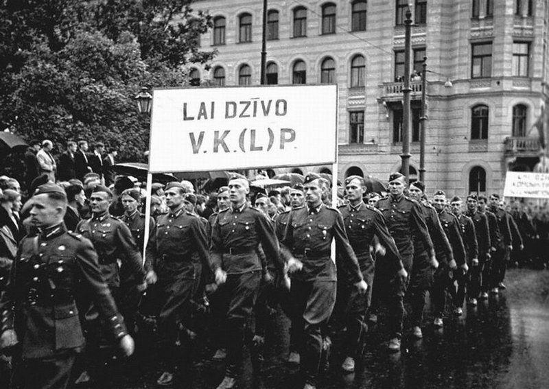 Parada militar comemorando a anexação da Letônia à URSS